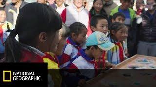 Ekipa zaprezentowała dzieciom funkcjonowanie maszyny do recyklingu [Jackie Chan ratuje planetę]