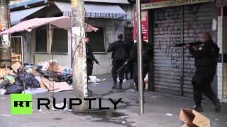 Baixar Brazil: Armed police pour into Mare favela