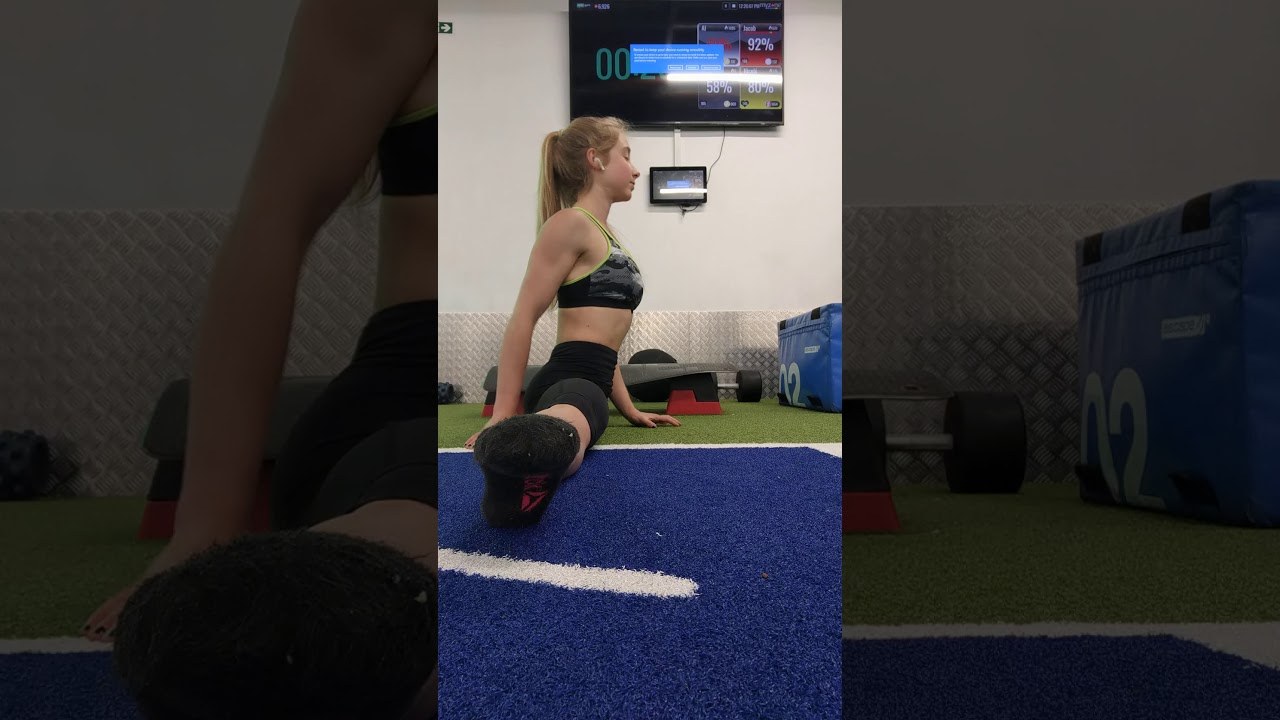 Contortion: overstretching middle splits