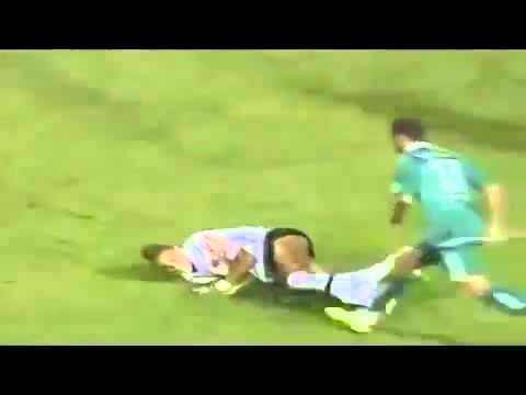 Hài hước pha bóng đá neymar bị tụt quần