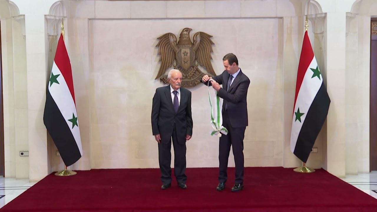 الرئيس الأسد يقلد العماد علي أصلان وسام الاستحقاق السوري من الدرجة الممتازة