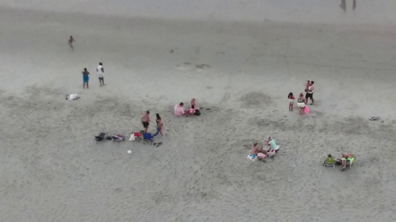En la playa viendo los culos