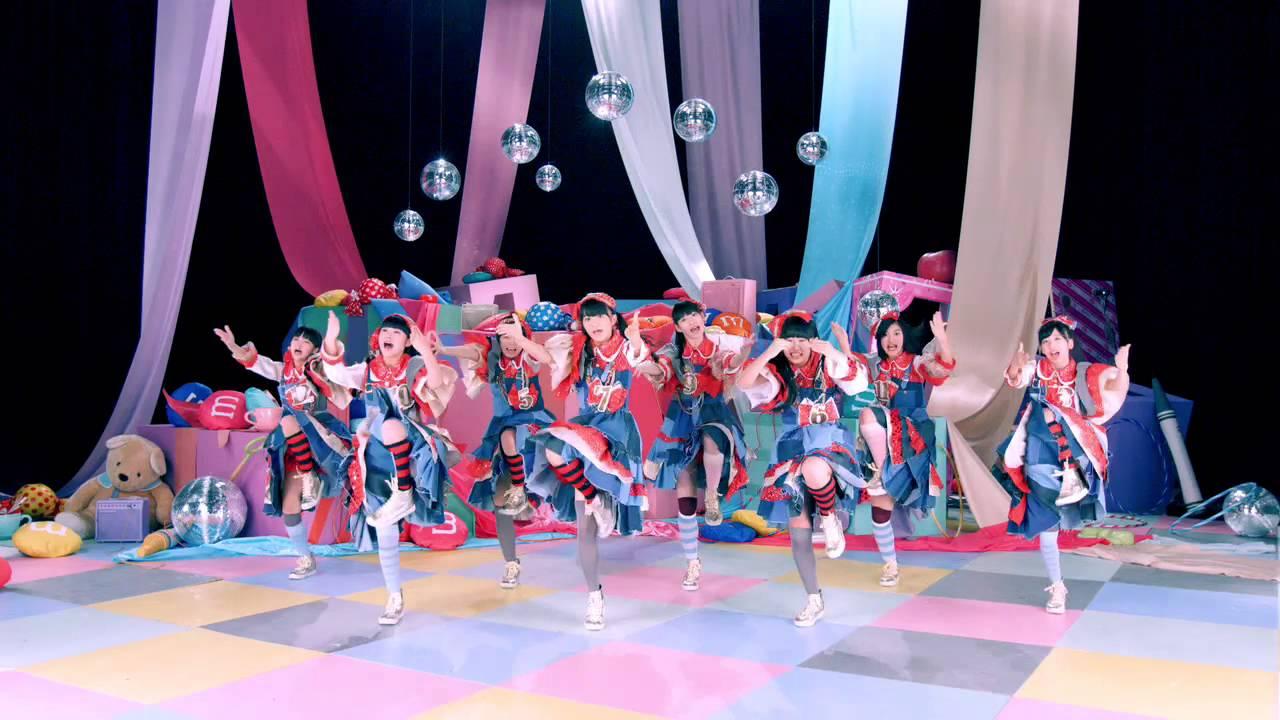 激しいダンスを踊る私立恵比寿中学