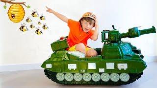سينيا يقود دبابة ويلعب ماكينات القمار للأطفال.