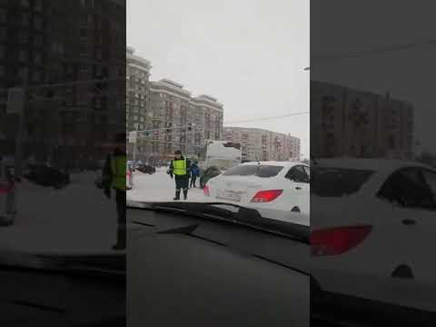 вахтовый автобус въехал в столб в Сургуте