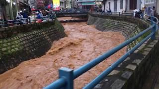 Nước chảy cuồn cuộn như lũ quét giữa trung tâm Đà Lạt