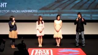 Il est accompagné des deux principales actrices du film, de gauche ...