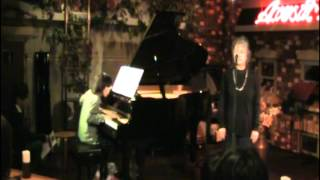 2012年2月12日、ピアノ王子の伴奏で、母アンシーが歌いました。