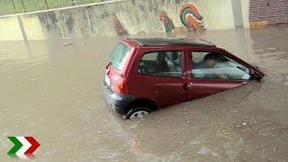 Unwetter: Twingo-Fahrer retten sich vor Wassermassen