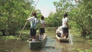 Niños que viven en una remota zona de El Salvador hacen un largo viaje para ir al colegio