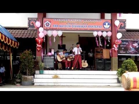 Lagu marendeng marampa oleh SMA Katolik Rantepao