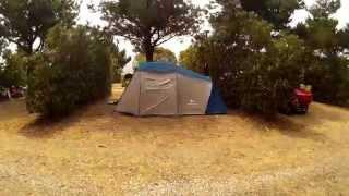 Montando la tienda en el Camping Playa de Taurán en Luarca (Asturias)