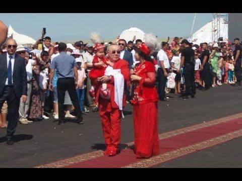 Болат Назарбаев раздаривал