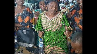 At last! Meet Baba Sala Pretty wife dancing as her daughter sings for her at her husband tribute