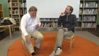 Skådespelare från Smålands Musik och Teater tolkar Värnamo Nyheter. 13-föreställningen. Författaren Peter Törnqvist och konstnären Ann Böttcher