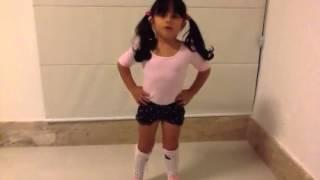 Menininha de 3 aninhos dançando.