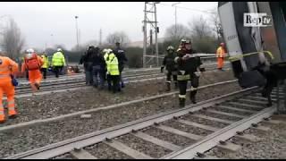 Treno deragliato a Pioltello, la Polizia porta via i feriti dalle carrozze accartocciate