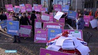 TV-maker Tim Hofman heeft vandaag met 250.000 handtekeningen aangeb...
