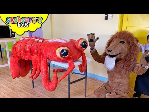 """Lion wants a GIANT LOBSTER! """"Skyheart Toys"""" pretend play kids action toys playtime Mp3"""