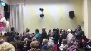 Москва. Район Лефортово. Собрание жителей пятиэтажек, подлежащих сносу