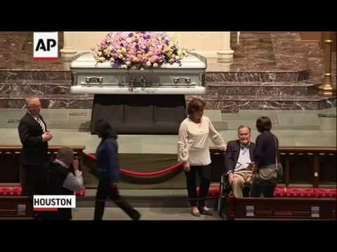 A spray of flowers covered the closed casket of former first lady Barbara Bush at a Houston church as mourners waited Friday to pay their final respects. Inside the church, former U.S. President George H.W. Bush greeted some of the mourners. (The Associated Press)