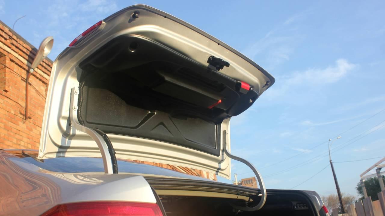 Установка комплекта обшивки крышки багажника. Для Автомобиля Лада Веста