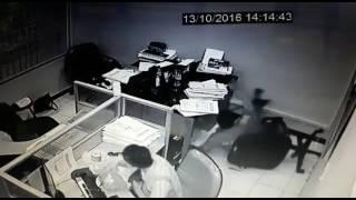 Download Video HEBOH!! Pegawai Bank Jatuh Terekam cctv MP3 3GP MP4