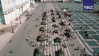 Танки времен Великой Отечественной войны выстроились на Дворцовой площади