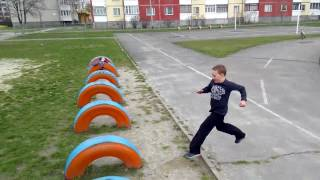 Паркур FreeRun (малой 9-ти летний учится делать сальто смешно)