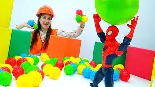 Играем в Супергеройские снежки с Человеком Пауком! Видео для детей.