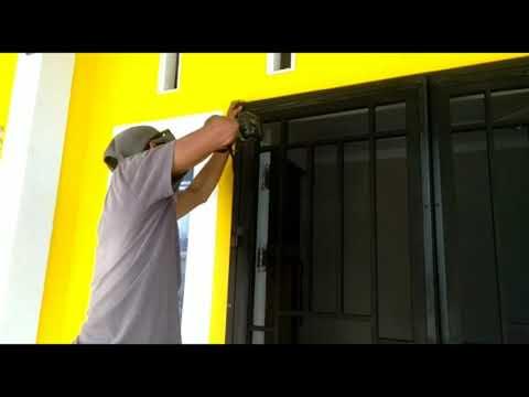 proses-pemasangan-pintu-teralis