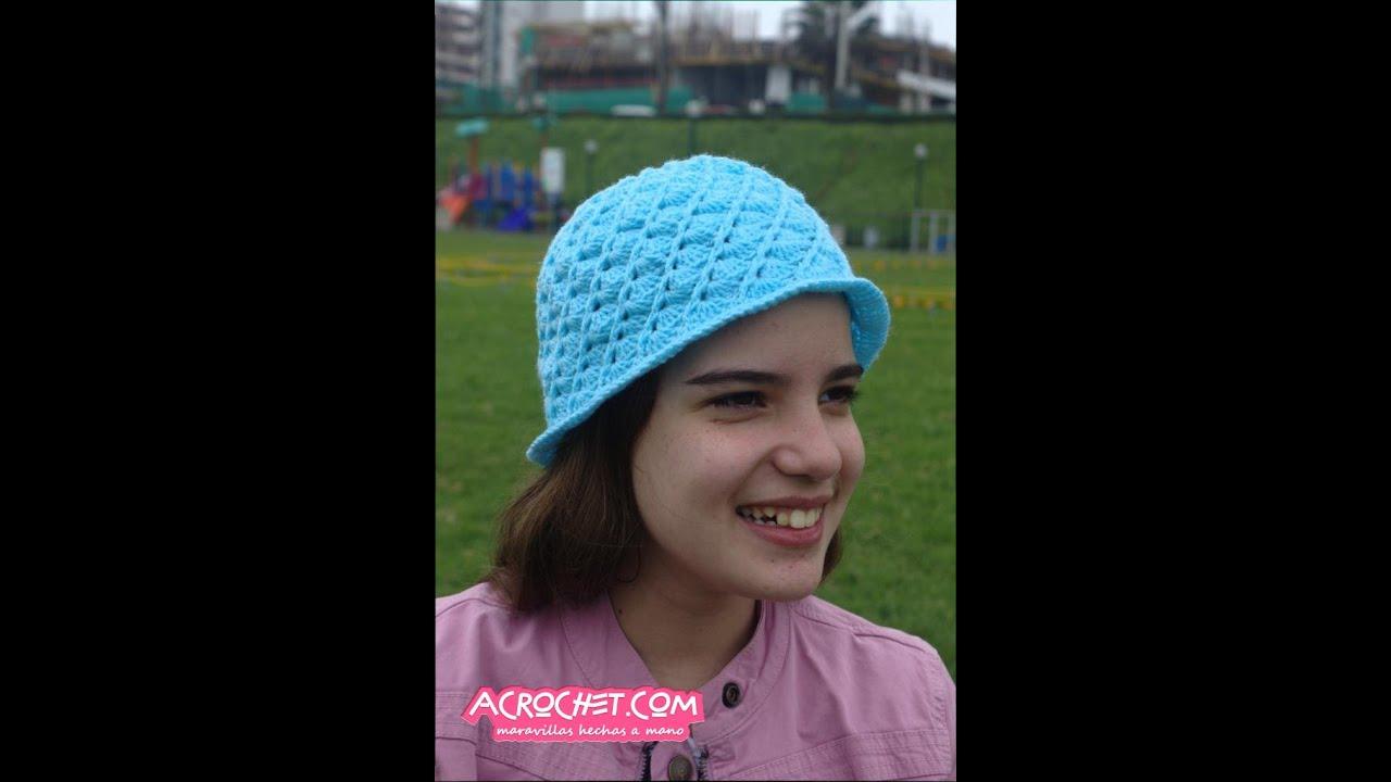 Gorrito tejido a crochet en espiral con abanicos y puntos en relieve ...