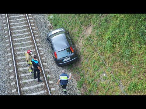 Un vehiculo se precipita a la via del tren en Cesantes tras chocar con otro coche