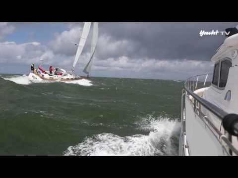 Rauhes Wetter: Motorboot Gegen Segelyacht Bei Sturm