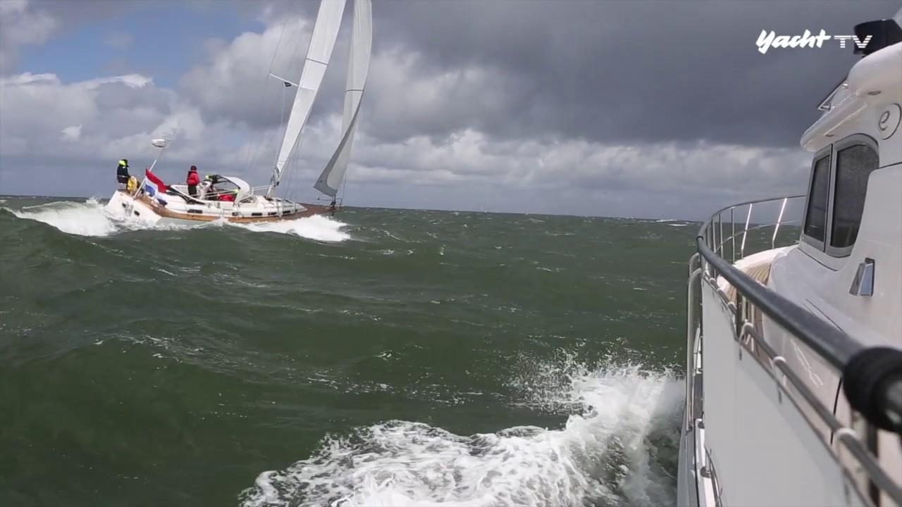 Segelyacht im sturm  Rauhes Wetter: Motorboot gegen Segelyacht bei Sturm - YouTube