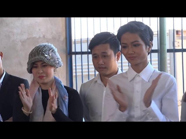 Hoa hậu H'Hen Niê hát giao lưu với các bệnh nhân tâm thần trong chuyến thiện nguyện tại Gia Lai