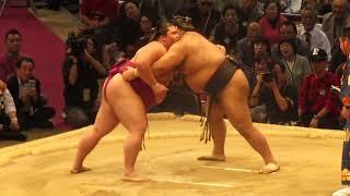 大関・髙安は結びの一番で関脇・御嶽海にすくい投げで敗れ、12勝3敗に終...