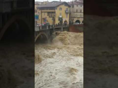 Fiume Ellero in piena sotto il ponte della Madonnina a Mondovì