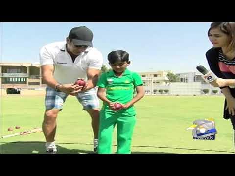 Wasim Akram Jesa Bowling Style-Swing Kay Sultan Ki Nannay Hassan Ko Bowling Tips.Geo Pakistan