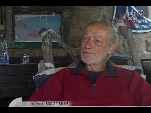 La storia di Mauro Morandi, custode dell'isola di Budelli, che vive da 24 anni in solitudine
