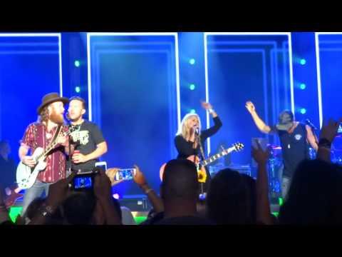 "Miranda Lambert sings ""Willin'"" live at The Greek Theatre"
