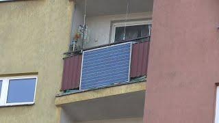 montaż nowego panela fotowoltaicznego na balkonie