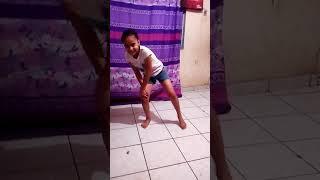 Niña bailando remenea