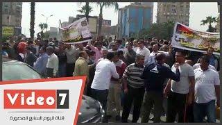 وقفة احتجاجية لسائقى التاكسى الأبيض أمام مسجد مصطفى محمود