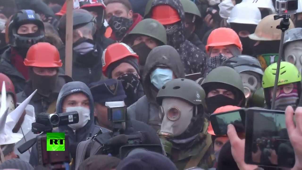 Майдан разбушевался: митингующие в Киеве попытались прорвать оцепление у кабмина