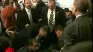 صحفي يضرب بوش بحذائه  Shoes Attack on Presidnt Bush