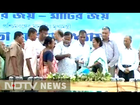 Mamata Banerjee returns land to Singur farmers, offers new deal to Tatas