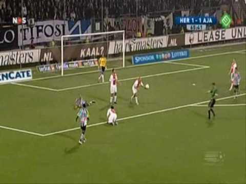 Van den Bergh raakt 2x de lat tegen Ajax