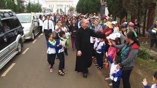 Giáo xứ Tân hà tiễn Cha Sở Phaolô Vũ Đức Vượng đi nhận nhiệm sở mới.