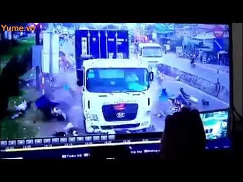 máy ghi hình ghi hình cảnh xe điên container tông hàng loạt xe máy tại Bến Lức Long An